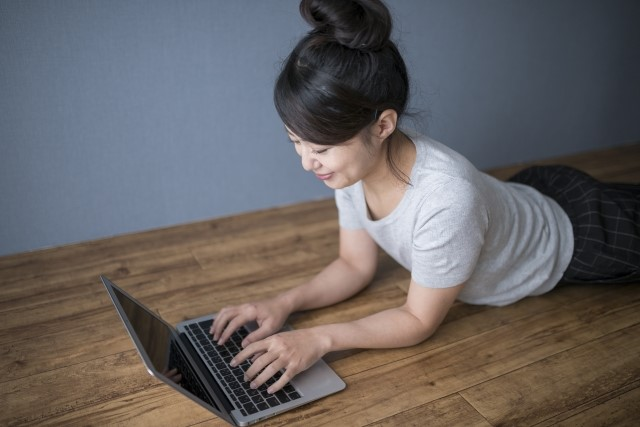 パソコンで副業しているママ