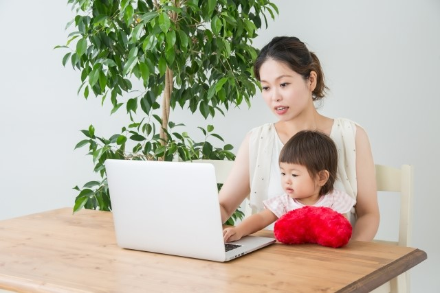 子供と一緒に副業するママ