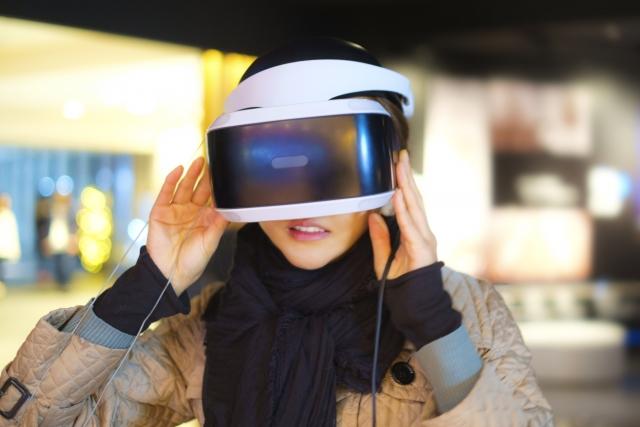 VRを体験する女性