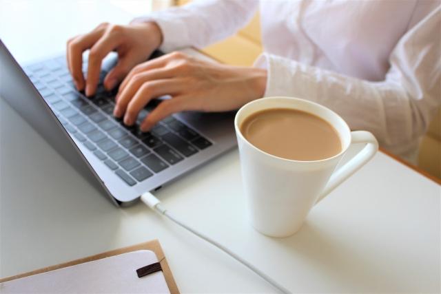 コーヒーを飲みながら在宅ワーク