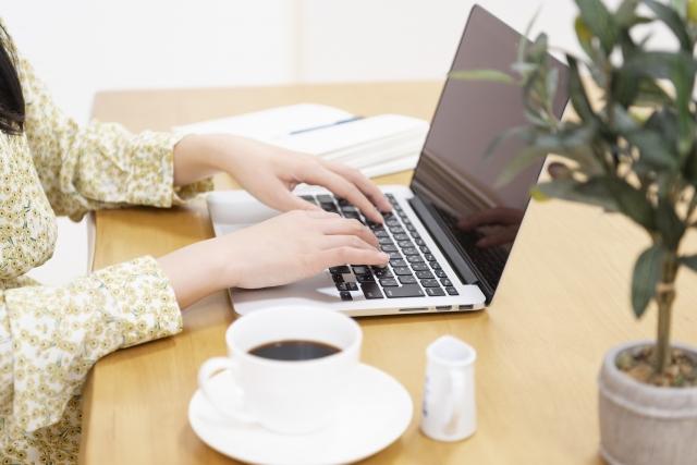 パソコンで仕事している女性