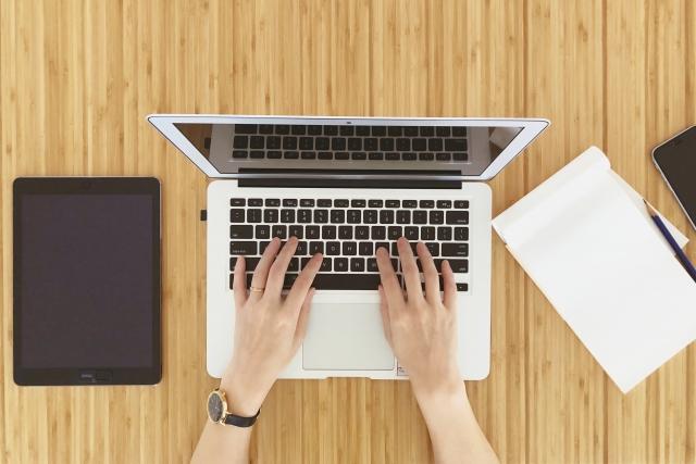 ノートパソコンで仕事する人